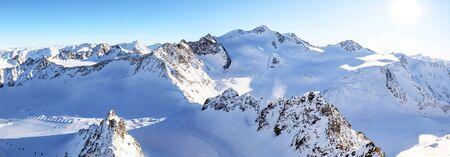 Vista dal ghiacciaio Pitztal nell'alta montagna paesaggio alpino con vertice Wildspitze in inverno con un sacco di neve e ghiaccio, Alpi austriache in Tirolo Austria