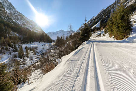 Cross-country skiing trail through the Pitztal near Sankt Leonhard in Tirol, winter sports in snowy landscape in the Austrian Alps, Austria Europe Banque d'images