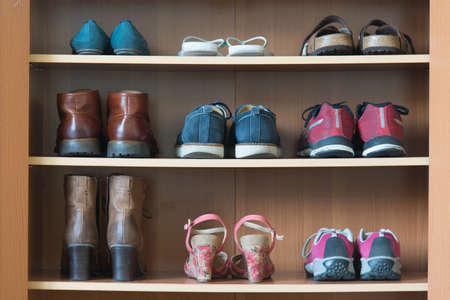 tienda de zapatos: estante de zapatos