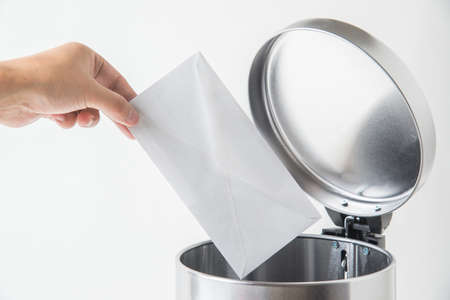 throwing away envelop, lette, mail in trashcan Stockfoto