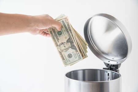ドルをゴミ箱に捨てる