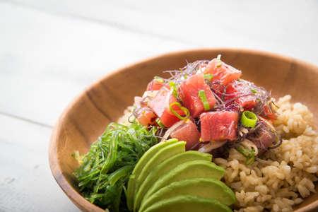 Ahi poke bowl sobre arroz integral Foto de archivo - 87949843