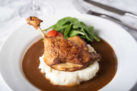 duck leg confit with demiglass sauce and mashed potato 스톡 콘텐츠