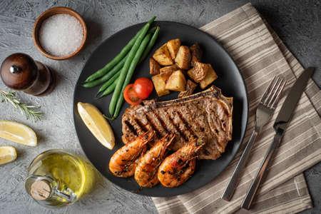 surf and turf, new york strip steak and grilled prawn Reklamní fotografie