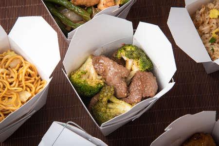 broccoli beef in traditional american chinese box Standard-Bild - 129593688