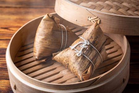 Traditioneller chinesischer Klebreis-Knödel mit Schweinefleisch und Pilzen