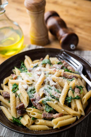 boiled penne with pancetta and arugula 免版税图像 - 158124699