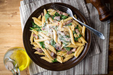 boiled penne with pancetta and arugula 免版税图像 - 158124677