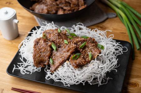 mongolian beef on fried glass noodle 免版税图像