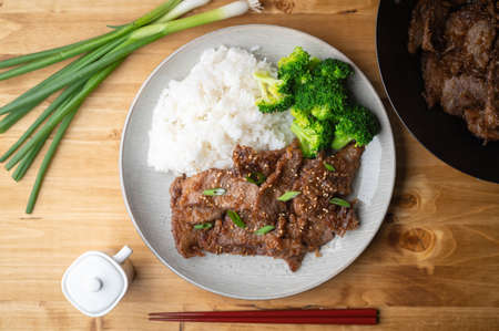 mongolian beef with rice and broccoli 免版税图像