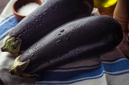 fresh egg plant on wooden background 免版税图像