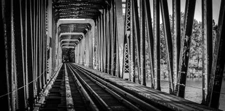 perspectiva lineal: Retirado y ya no se usa, Pr�ncipe de Gales del puente del ferrocarril, Ottawa, Ontario. vista en blanco y negro por las pistas de un viejo puente de ferrocarril de anta�o.