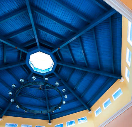 octagonal: Techo azul profundo. mancha azul en la parte inferior del techo de edificio de madera. Vivid mancha azul en vigas de techo. Azul resplandor de un estilo de torreta, techo techo de forma octogonal, con tres puertos de visualización pequeñas ventanas claras por sector.