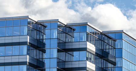Líneas, vidrio y reflexiones de la arquitectura moderna. Con paneles de vidrio edificio de nueva oficina en la ciudad de Moncton, New Brunswick. Nueva bienes raíces comerciales en la ciudad de Moncton Nuevo Brunswick, Canadá.