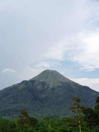 A yard with Mount Penanggungan view behind Ubaya Training Center Banco de Imagens - 129796210