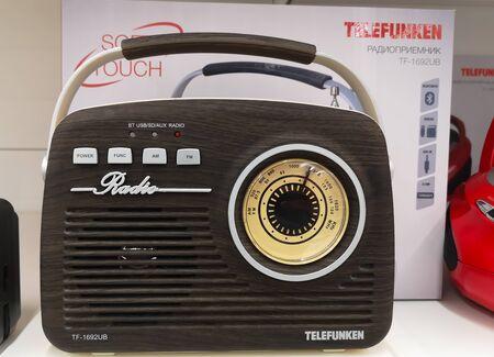 Radio Telefunken marrone in stile retrò in vendita ad Auchan il 25 dicembre 2019 in Russia, Kazan, Hussein Yamashev Avenue 46.