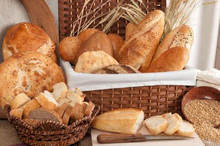 Bread types made of white wheat flour and rye flour. Wheat and breads on the table. Types of wholemeal bread. Foto de archivo