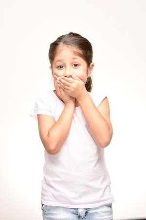 boca cerrada: pequeña boca de niña cerrada sobre el fondo blanco