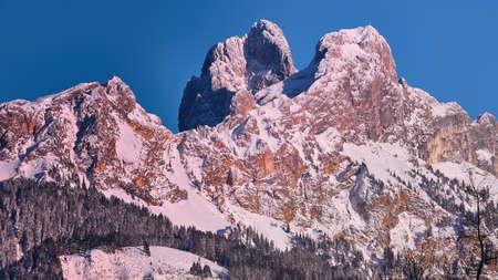 겨울 산악 지방의 홍 레드 플루트 (Tunheimer Tal Tirol)