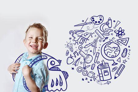 ein glückliches Kind in einem hellen Hemd geht zum ersten Mal zur Schule. hinter ihm ist ein Rucksack, in dem verschiedene Ikonen wieder zur Schule gehen