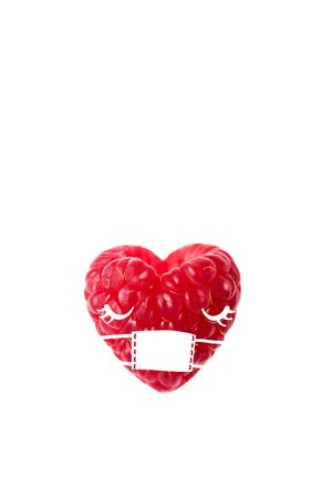 Summer raspberry in a medical mask. A concept on the theme of protection against viruses. On a white background. Stockfoto
