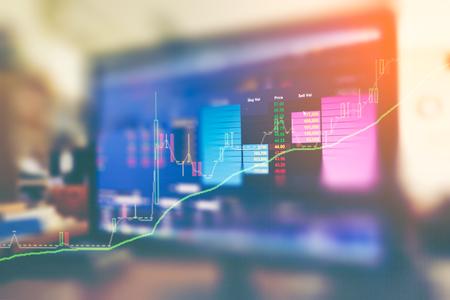 Dane giełdowe dotyczące podwójnej ekspozycji monitora handlu z wykresem giełdowym