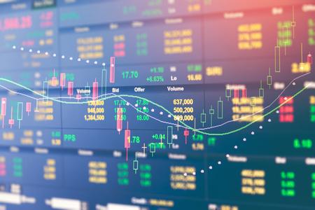 bedrijfsgrafiek en handelsmonitor van beleggingen in goudhandel, aandelenmarkt, futuresmarkt, oliemarkt Stockfoto
