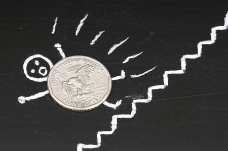 derrumbe: Concepto colapso financiero - moneda asustada cae de escaleras