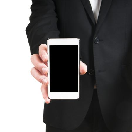 Menselijke hand die lege mobiele slimme telefoon geïsoleerd op witte achtergrond