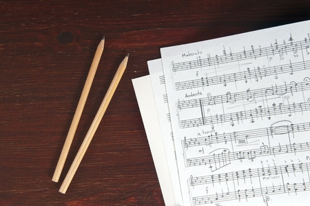 Music notes and two pencils on table Stockfoto