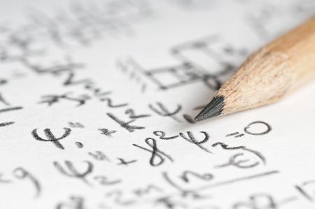 quantum: vel papier gevuld met berekeningen van nucleaire en kwantumfysica als achtergrond Stockfoto