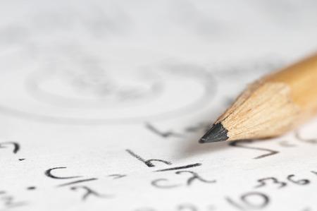 deberes: hoja de papel llena de cálculos de la física nuclear y cuántica como un fondo