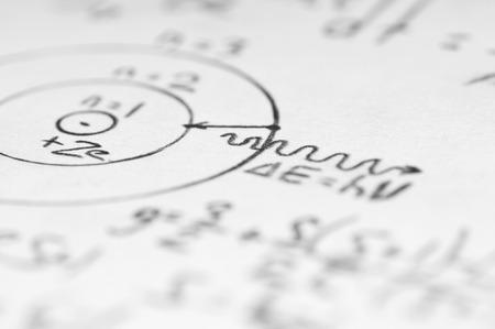 vel papier gevuld met berekeningen van nucleaire en kwantumfysica als achtergrond Stockfoto
