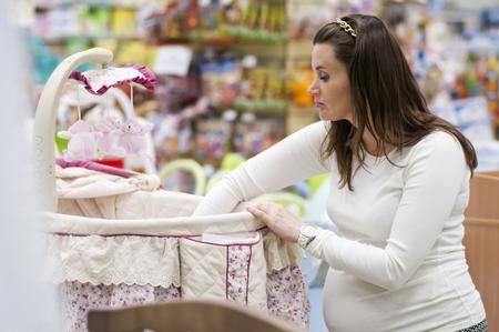 embarazada: mujer embarazada la elecci�n de cuna para beb�