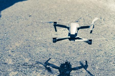Moderne Drohne fliegt über den Asphalt Standard-Bild - 88065928