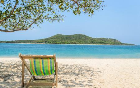 silla playa: Silla de playa en la arena Foto de archivo