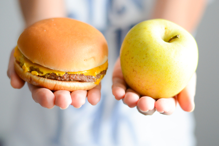 Choose between junk food versus healthy diet Zdjęcie Seryjne - 69977056