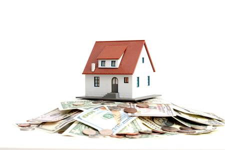 집에 대한 저축을 제안 돈 더미 위에 모델 하우스