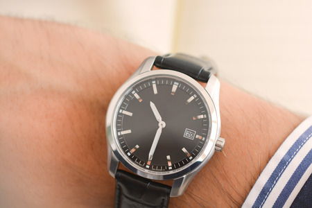 Businessman hand looking at his watch suggesting being out of time Zdjęcie Seryjne - 73593564