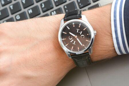 Businessman looking at his watch being too late Zdjęcie Seryjne - 73593566