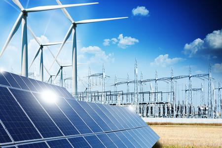 concept énergies renouvelables avec les connexions au réseau de panneaux solaires et des éoliennes Banque d'images