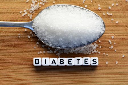 당뇨병 블록 글자 숟가락에 크로스 워드 퍼즐과 설탕 더미 스톡 콘텐츠
