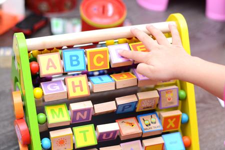 Little baby gry z kolorowych zabawek i kostek Zdjęcie Seryjne - 73612092