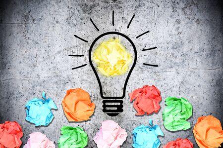 Burza mózgów koncepcji z wielu pomarszczenia kawałki papieru kolorowe wokół światła żarówki na konkretnym tle Zdjęcie Seryjne - 73612078