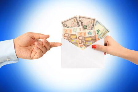 Daj pieniądze komuś jako łapówki sugerując uszkodzony system Zdjęcie Seryjne - 73614881