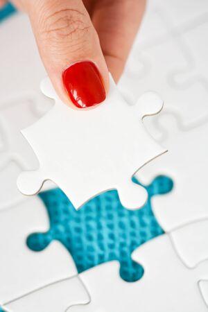 Kobieta strony pasuj? Ce po prawej stronie puzzle przedstawiaj? Ce koncepcj? Zdjęcie Seryjne - 73612867