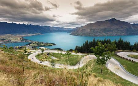 luge: Slittino su pista con lago e montagna a Skyline, Queenstown, Nuova Zelanda