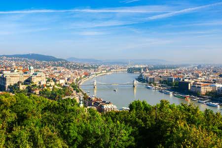 Luchtfoto van Boedapest en de Donau van Gellert hill