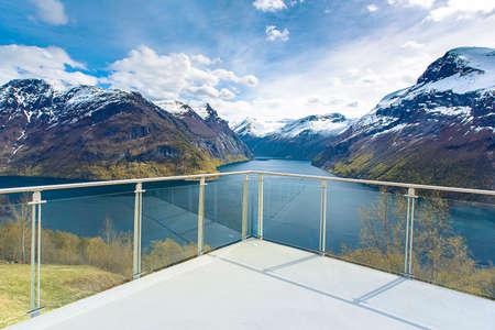 Fjord uitzichtpunt platform onder blauwe hemel, Noorwegen Stockfoto