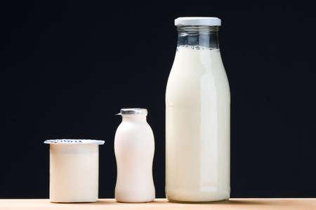 probiotischen Trinkjoghurt, Milch und Joghurt Flasche. schwarzem Hintergrund